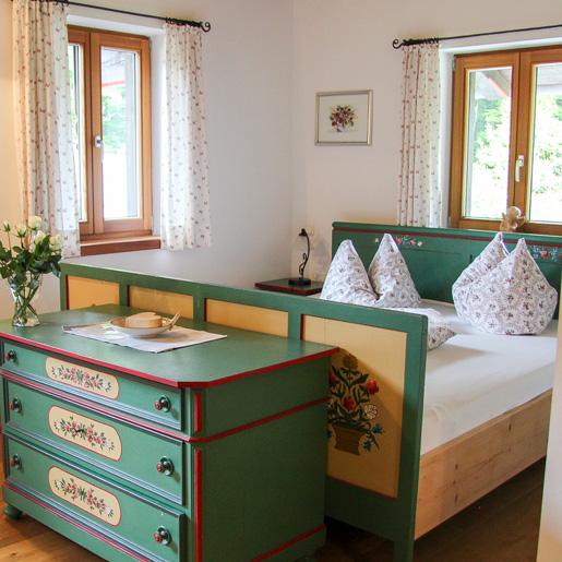 Bett-Kommode_Zimmer_Auerhof